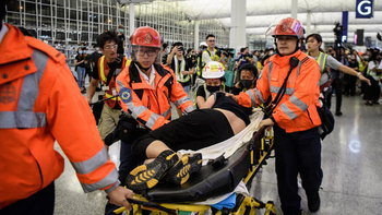 สนามบินฮ่องกงเดือด! กลุ่มผู้ประท้วงปะทะตำรวจกลางดึก ฝ่าช่วย 2 ผู้บาดเจ็บ