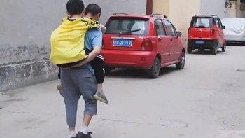 พ่อชาวจีนแบกลูกชายพิการไปเรียน 6 ปีเต็ม สานฝันจนสอบเข้ามหาวิทยาลัยได้สำเร็จ