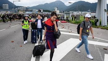 ฮ่องกงประท้วง: กลุ่มผู้ชุมนุมบุกสนามบินอีกครั้ง รถไฟด่วนหยุดบริการชั่วคราว