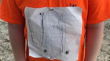 """เด็กประถมโดนล้อเพราะ """"โลโก้เสื้อ"""" ม.ดังแก้เผ็ด-สั่งผลิตเป็นทางการ"""