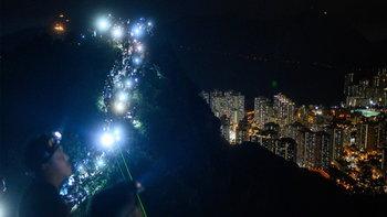 ม็อบฮ่องกงนับพันจับมือทำโซ่มนุษย์ยาว 10 กิโลเมตร ประท้วงคืนวันไหว้พระจันทร์