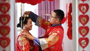 """คู่รักคู่บุญชาวจีน """"แก้จน"""" ให้คนในหมู่บ้านก่อน แล้วค่อยแต่งงานทีหลัง"""