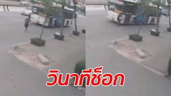 คลิปช็อก! ชายทะเลาะเมียวิ่งให้รถเมล์ชน เสียชีวิตคาที่กลางถนนพระราม 2