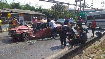 ระทึก ลุงขับรถ BMW เหินข้ามเลน ชนท้ายรถตู้โดยสาร เจ็บระนาว 8 ราย
