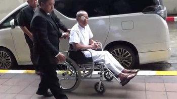 """""""พุทธะอิสระ"""" นั่งรถเข็นขึ้นศาล รับสารภาพทำร้ายตำรวจในม็อบ กปปส."""