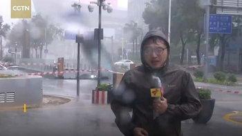 """ฤทธิ์ """"ไต้ฝุ่นมังคุด"""" ซัดกระจกตึกสูงร่วงพื้น นักข่าวจีนสะดุ้งหนีสุดตัว (มีคลิป)"""