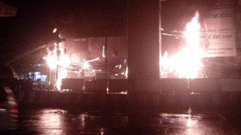 ไฟไหม้สายไฟ ลามเข้าร้านถ่ายรูปตรงข้ามเซ็นทรัลลาดพร้าว ทำไฟดับทั้งคืน