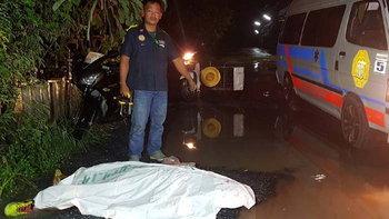 หนุ่มเบญจเพส ขับมอเตอร์ไซค์กลับบ้าน เกิดเสียหลักลงแอ่งน้ำ รถทับหัวดับคาที่