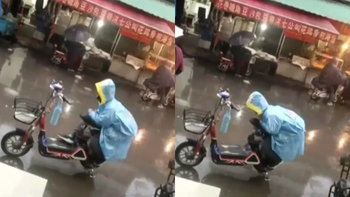 ชาวเน็ตเอ็นดู อาตี๋ใช้ตัวบังฝน ไม่ให้เบาะรถที่นั่งของแม่เปียก