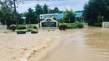 """""""บางสะพานน้อย"""" ฝนถล่มหนัก น้ำท่วม-รถติดหลายจุด เตือนประชาชนสัญจรระมัดระวัง"""