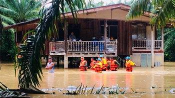 """""""อำเภอดอนสัก"""" น้ำท่วมบ้านแล้วไม่ต่ำกว่า 60 ครัวเรือน พร้อมเฝ้าระวังต่อเนื่อง"""