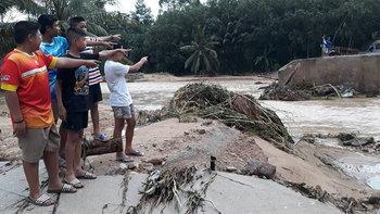 """เผยภาพความเสียหาย """"บางสะพาน"""" หลังน้ำเริ่มลด ถนน-สะพานพังหลายแห่ง"""