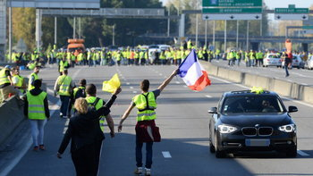 """""""น้ำมันลิตรละ 56 บาท"""" ชาวฝรั่งเศสปิดถนนประท้วง ถูกรถชนดับ 1 เจ็บกว่า 200"""