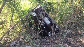 เงาดำปริศนาตัดหน้ารถ หนุ่มแตะเบรก-เลี้ยวหักหลบ คว่ำลงป่ากระถิน