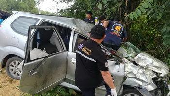 ครอบครัว 8 ชีวิตกลับจากเที่ยวเชียงคาน รถพ่วงแหกโค้งลงเขาชนยับ ดับ 3 ศพ