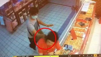 มันย่องมาข้างหลัง นาทีโจรเหี้ยมชักปืนตบหัว บุกเดี่ยวปล้นร้านทองกลางห้าง (มีคลิป)