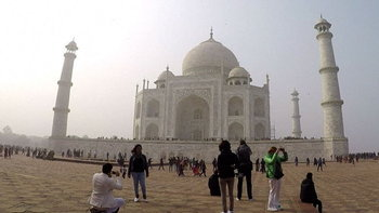 """อินเดียจ่อขึ้นค่าเข้าชม """"ทัชมาฮาล"""" อีก 5 เท่า หวังลดความเสียหายแหล่งท่องเที่ยว"""