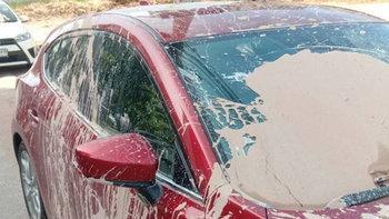 """""""ออกหมายเรียก - แจ้งข้อหา"""" ป้าสาดน้ำโคลนใส่รถยนต์  20 คัน เพราะจอดบังที่ดิน"""
