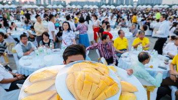 """อิ่มแปล้ งานเลี้ยงนักท่องเที่ยวจีน สร้างสถิติ """"ข้าวเหนียวมะม่วงใหญ่ที่สุดในโลก"""""""