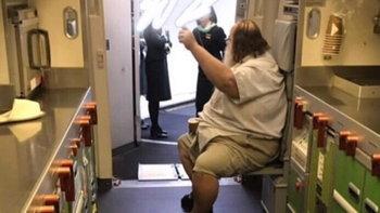 อึ้ง ชายร่างใหญ่ถ่ายหนัก บังคับแอร์ฯ สาวไต้หวันช่วยถอดกางเกง-เช็ดก้นให้
