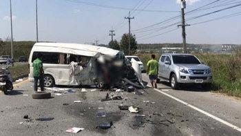 รถตู้พุ่งข้ามเกาะกลางถนน ชนประสานงารถเก๋ง ดับคาที่ 3 ศพ