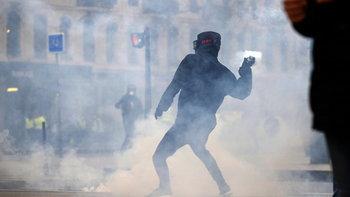 ม็อบเสื้อกั๊กเหลือง โดนระเบิดบึ้มใส่มือแหลก เหตุปะทะครั้งล่าสุดที่ปารีส