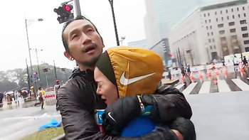 """""""ก้อย รัชวิน"""" ถึงกับหลั่งน้ำตาโผเข้ากอด """"พี่ตูน"""" หลังจบวิ่งโตเกียวมาราธอน"""