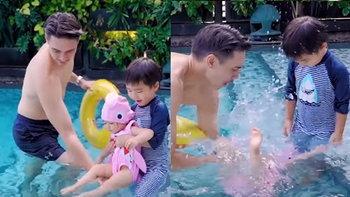 """ใจหายวาบ! นาที """"ดีแลน"""" อุ้มน้องสาว """"เดมี่"""" เล่นน้ำ แต่เผลอปล่อยมือจนน้องจมลงใต้น้ำ"""