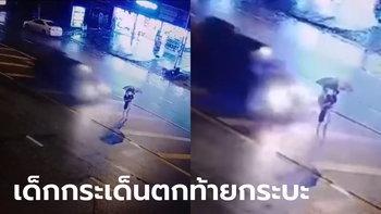 กระบะพุ่งชนแม่อุ้มลูกข้ามถนน แม่ตาย-เด็กกระเด็นติดไปกับรถ รอดปาฏิหาริย์ (มีคลิป)