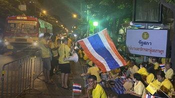 คนเสื้อเหลืองชุมนุมหน้าสภาคึกคัก ผู้ว่า กทม. ส่งรถสุขา-ไฟส่องสว่าง อำนวยความสะดวก