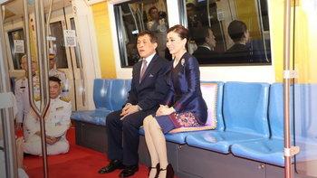 """""""ในหลวง-พระราชินี"""" เสด็จฯ เปิดรถไฟฟ้ามหานคร สายเฉลิมรัชมงคล ประชาชนรับเสด็จเนืองแน่น"""