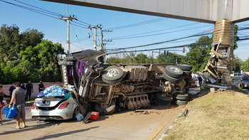 รถพ่วงแหกโค้งพลิกคว่ำทับรถเบนซ์เละ เสี่ยโชว์รูมรถ-ภรรยา รอดปาฏิหาริย์