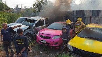 ไฟไหม้หญ้าลุกลาม เพลิงท่วมรถยนต์ของกลาง สภ.คลองหลวง วอด 5 คัน