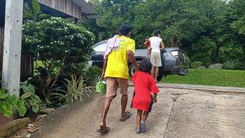 วุ่นทั้งหมู่บ้าน แม่หอบลูก 3 คน ทิ้งไว้บ้านญาติผัวเก่า ก่อนขับรถหนีพร้อมผัวใหม่
