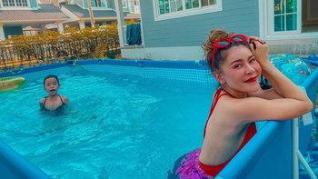 """""""เป๊กกี้ ศรีธัญญา"""" ทำสระว่ายน้ำเล่นที่บ้าน สนุกแบบง่ายๆ ช่วง #อยู่บ้านหยุดเชื้อเพื่อชาติ"""