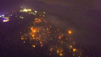 #ไฟป่าเชียงใหม่ โหมประชิดวัดพระธาตุดอยสุเทพ พระเณรแตกตื่น-ชาวบ้านนับร้อยช่วยดับ