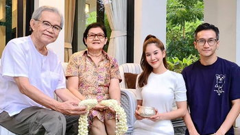 """""""ก้อย รัชวิน"""" พา """"ตูน"""" กราบพ่อแม่ โอดคิดถึงพี่ชายและหลานที่กลับมาเมืองไทยไม่ได้"""