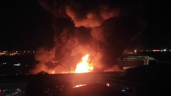 ระทึกกลางดึก ไฟไหม้ตลาดยิ่งเจริญ เพลิงลุกลามหนักมองเห็นได้ไกล