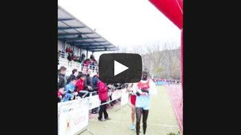 ซูฮก! นักวิ่งสเปนเห็นคนนำเข้าเส้นชัยผิด ไม่แซง-เดินไปสะกิดเตือน ก่อนวิ่งเหยาะตามเข้าที่ 2 (มีคลิป)