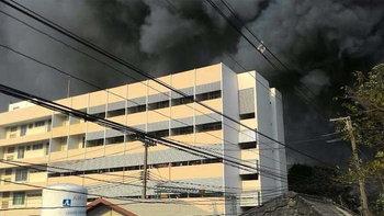 เพลิงไหม้แคมป์คนงานในโรงพยาบาลวิเชียรบุรี อพยพผู้ป่วยวุ่น