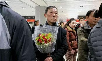 คุณปู่ถือดอกไม้รอรับภรรยาที่สถานีรถไฟ หวานจนหนุ่มสาวอิจฉา