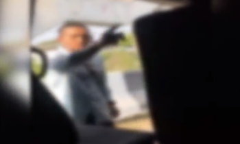 รวบแล้ว ชายเลือดร้อนชักปืนออกมาขู่รถตู้นครนายก