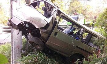 รถตู้ 4 พ่อแม่ลูก เสียหลักชนเสาไฟฟ้าแรงสูง เสียชีวิต 3 ศพ