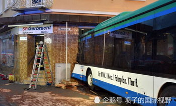 รถบัสนักเรียนพุ่งชนร้านค้าข้างทางที่เยอรมนี เจ็บ 47 คน