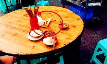 มื้อนี้กินไม่ลง ลูกค้าจีนกินข้าวอยู่ เปลือกกล้วยลอยร่วงกลางโต๊ะ