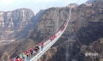 แน่นขนัด นักท่องเที่ยวแห่เที่ยวสะพานกระจกยาวที่สุดในโลกที่เมืองจีน