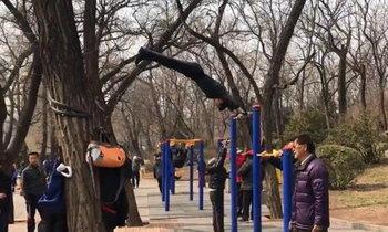 หนุ่มจีนโชว์ลีลาออกกำลังกายกลางแจ้ง แย่งซีนทุกคนในสวนฯ