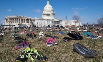 นักเคลื่อนไหววางรองเท้ากว่า 7,000 คู่ หน้ารัฐสภาสหรัฐ ระลึกถึงเหยื่อกราดยิง