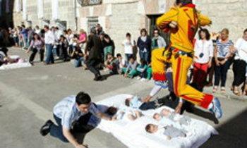 มันเสียวนะ! ประเพณีกระโดดข้ามทารกในสเปน