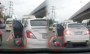 นาทีอุทาหรณ์! เด็กน้อยตกจากรถ ล้อเกือบทับขา เหตุลืมล็อคประตู